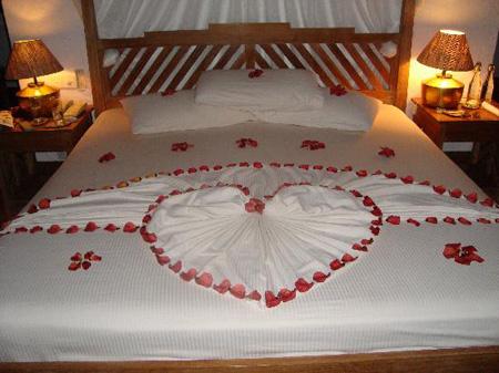 مدل های تزیین تخت عروس, تزیین اتاق خواب عروس با گل