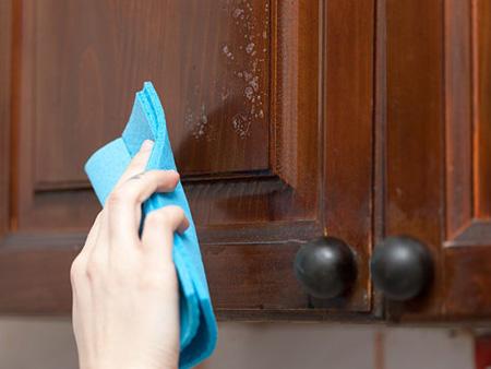 روش پاک کردن لکه های چربی از کابینت ها,نحوه تمیز کردن سطوح چوبی
