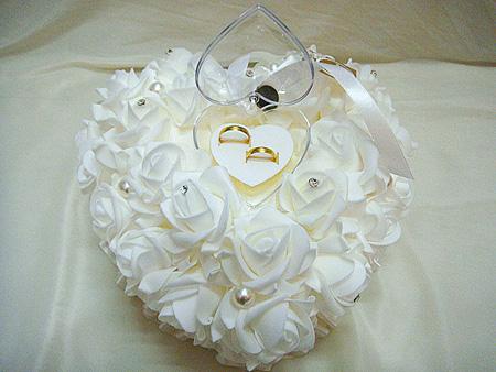 تزیین کوسن با گل و روبان برای حلقه ازدواج