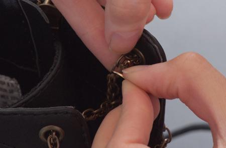 آموزش تغییر چکمه های زمستانی, تزیین چکمه با دکمه و زنجیر