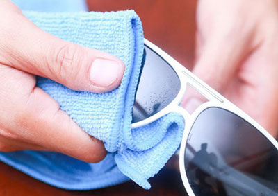 نحوه تمیز کردن شیشه عینک آفتابی