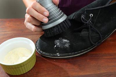 تمیز کردن کفش چرم, برق انداختن کفش چرم