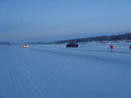 جاده یخی,جاده زمستانی tuktoyaktuk,رودخانه