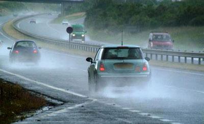 رانندگی در جاده بارانی