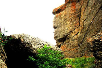 مجسمه سنگی بابا داوود عنبران