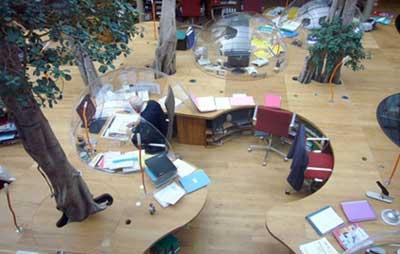 یک دفتر کار مدرن در پاریس