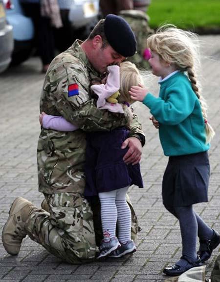 خداحافظی سربازهای انگلیسی از خانواده هایشان پیش از اعزام به افغانستان
