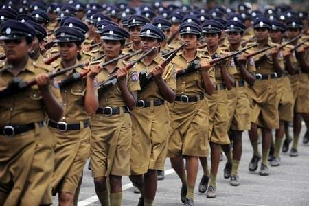 رژه تمرینی زنان ارتشی در سریلانکا در آستانه روز ملی این کشور