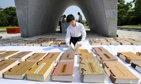 103 کتاب حاوی نام های قربانیان حمله اتمی در پارک صلح شهر هیروشیما در ژاپن