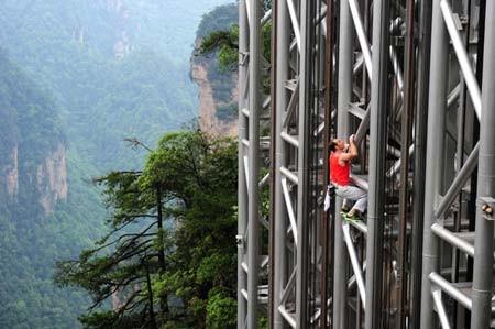 اسپایدرمن فرانسوی در حال بالارفتن از یک آسانسور آهنی به ارتفاع172 متر در استان هونان، چین