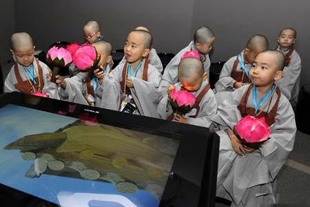 راهب های کوچک بودایی در جریان بازدید موزه مخابرات- سئول، کره جنوبی