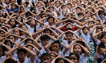 مانور زلزله در مدرسه ای در فیلیپین