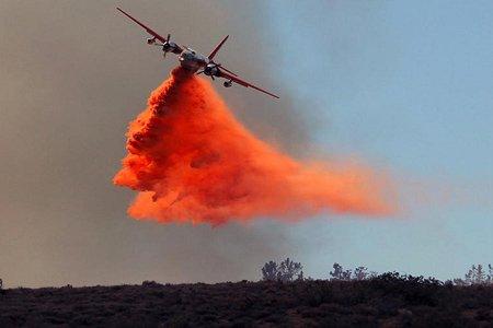 هواپیمای اطفا حریق در حال عملیات بر جنگل های شمال لس آنجلس
