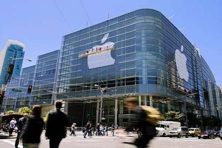 کارگران در حال نظافت لوگوی دفتر اپل در سان فرانسیسکو، آمریکا
