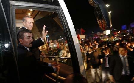 ژست اردوغان در جمع حامیانش