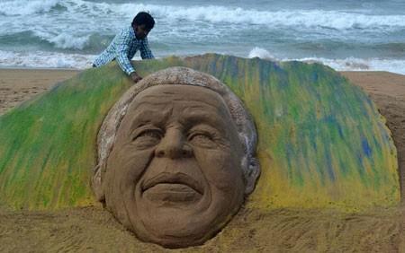 ساخت مجسمه شنی نلسون ماندلا در ساحل پوری هند