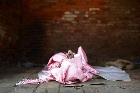 استراحت یک نوجوان بی خانمان در گوشه ای از خیابان- لالیتپور، نپال
