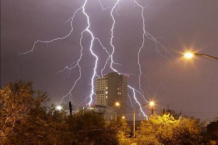 منظره زیبای رعد و برق در مونترری، مکزیک
