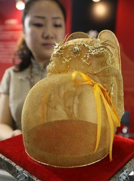 کلاه سنتی از طلای خالص- نمایشگاه لوازم لوکس در پکن، چین