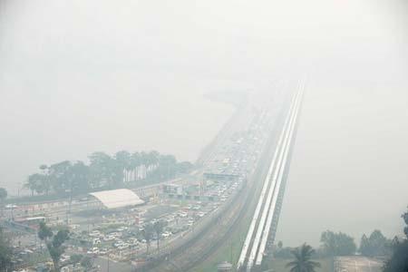 دود ناشی از آتش سوزی جنگل های سوماترا اندونزی به صورت غبار سنگاپور را تحت تاثیر قرار داده است