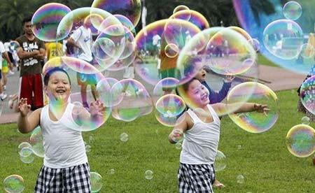 بازی کودکان با حباب در مانیل، فیلیپین