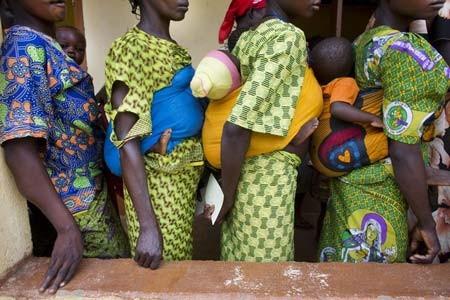 صف مادران در یک کلینیک بهداشتی در جمهوری آفریقای مرکزی