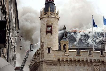 آتش سوزی در یک ساختمان متعلق به قرن پانزدهم در شهر لاروشل فرانسه