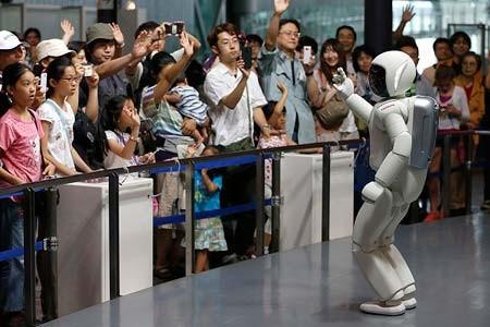 آسیمو؛ روبات ساخته شده توسط کمپانی هوندا در حال برقراری مخاطبان در موزه علوم توکیو، ژاپن