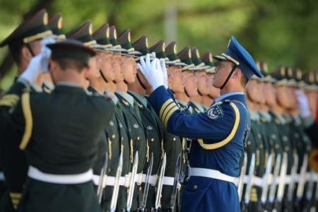 آماده کردن گارد احترام برای استقبال از نوازشریف نخست وزیر پاکستان (چین)