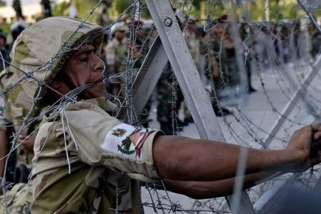 فنس کشیدن ساختمان مقابل گارد ریاست جمهوری مصر در قاهره از بیم اعتراضات حامیان مرسی