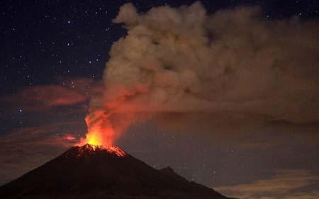 فعالیت یک کوه آتشفشان در مکزیک