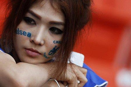 هوادار تیم چلسی انگلیس در محل کمپ تمرین این تیم در بانکوک، تایلند
