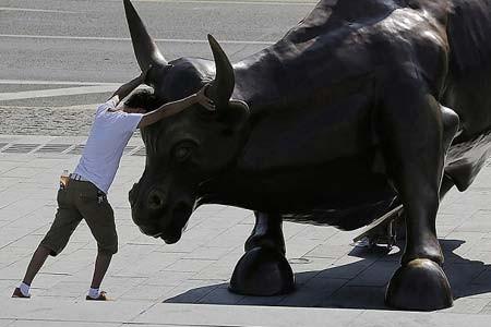 زورآزمایی! یک گردشگر با اثر هنری مجسمه ساز برجسته ایتالیایی در شانگ های، چین