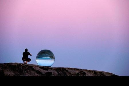 عکس یک مجسمه با عنوان «افق» بر روی صخره ای سنگی است در استرالیا