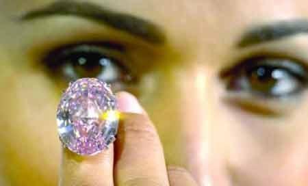 یک قطعه الماس صورتی در ژنو طی یک برنامه حراجی 83 میلیون دلار به فروش رسید