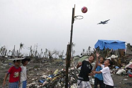 بازی بسکتبال کودکان توفان زده فیلیپینی