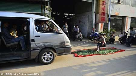 اخبار ,اخبار گوناگون ,تصاویر مردی که با دندان، خودروی ون 3 تنی حامل 9 نفر را کشاند