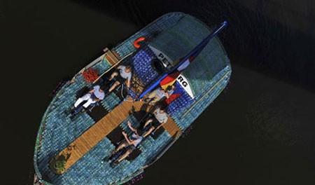 عکسهای جالب,قایق ساخته شده با قوطی پلاستیکی, تصاویر دیدنی