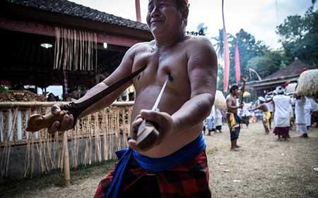 فروکردن شمشیر در بدن خود + عکس