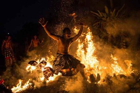 تصاویر دیدنی,رقص مردی در میان آتش ,تصاویر جالب