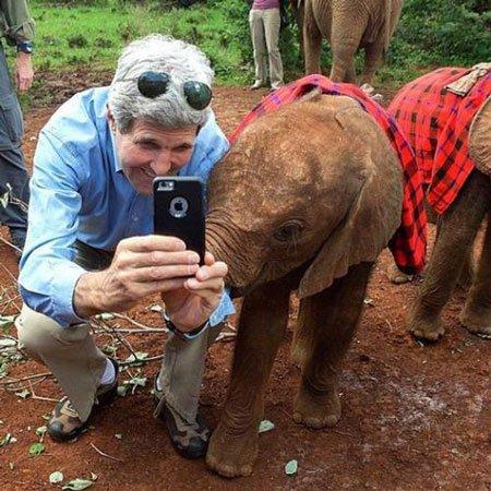 جان کری با بچه فیل عکس گرفت