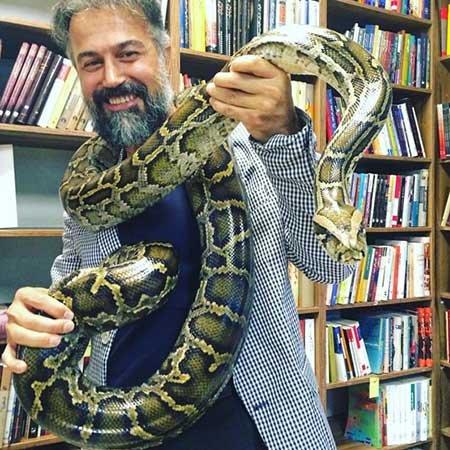 عکس دانیال حکیمی و شال گردنى از مار