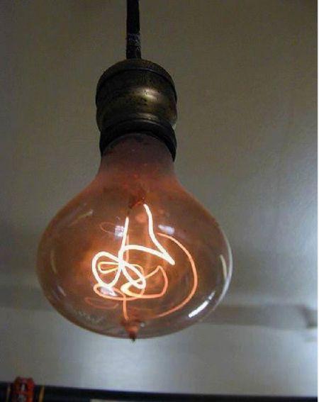 لامپ قدیمی که هنوز کار می کند +عکس