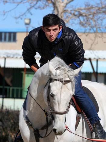 عکس سردار آزمون در حال اسب سواری