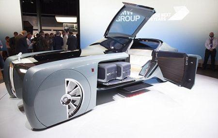 خودروی آینده رولز رویس را ببینید / خودران ۶ متری،با دستیار صوتی و مبل به جای صندلی راننده!