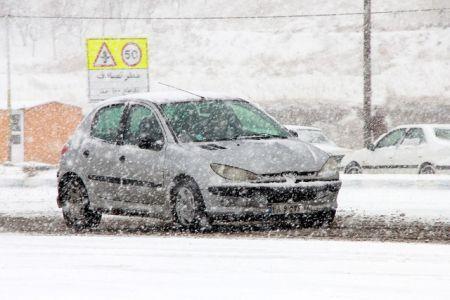 بازگشایی مختصر جاده دماوند/ مراکز اسکان مملو از مسافران/برف و کولاک ادامه دارد