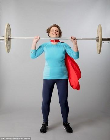 زن 74 ساله همچنان وزنه برداری می کند