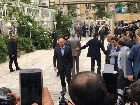 پیاده روی تبلیغاتی قالیباف در جمع هوادارنش، پیش به سوی سومین کاندیداتوری/ جهانگیری هم در انتخابات ثبت نام کرد/ کاندیداتوری یک اصلاحطلب بعد از دیدار با رهبری