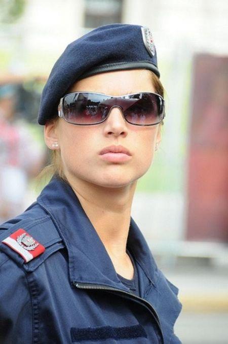 اخبارگوناگون ,خبرهای گوناگون ,ژست پلیس زن در کشورهای مختلف