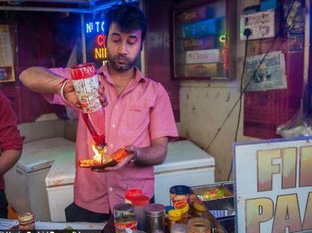 غذای هندی که با آتش شعله ور خورده می شود!/تصاویر